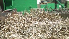 Spirale von Metallschnitzeln als Rückstand von der Metalldrehbankmaschine stock video