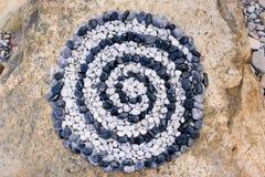Spirale von Schwarzweiss-Steinen Stockfoto