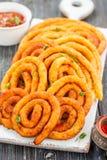 Spiralen der Kartoffel und des Käses im Öl lizenzfreies stockbild