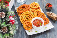 Spiralen van de aardappel en de kaas in olie Stock Foto's