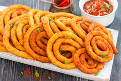 Spirales de la pomme de terre et du fromage en huile Image libre de droits