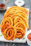 Spirali della patata e del formaggio in olio immagini stock