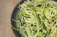 Spiralized zucchini på en krukmakeriplatta Royaltyfri Foto