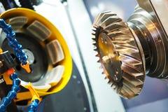 Spiralt arbete för kugghjulmalningmaskin Mala maskin för CNC i metallarbetebransch arkivbild