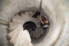Spiraltrappuppgång i en militär bunker Arkivbilder