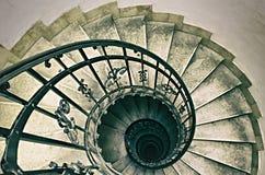 Spiraltrappuppgång i gammal byggnad Arkivfoton