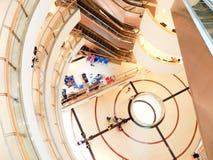 Spiraltrappuppgång och rulltrappa Arkivbilder