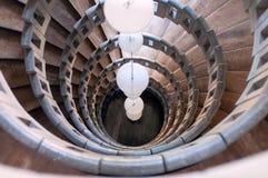 Spiraltrappuppgång som göras av marmor med sfäriska vita lampor Arkivfoton