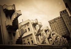 Spiraltrappuppgångar av traditionell kines shoppar baktill hus royaltyfri foto