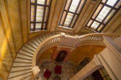 Spiraltrappuppgångar i byggnaden royaltyfria bilder