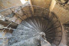 Spiraltrappuppgångar i den övergav byggnaden arkivfoton