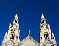 Spires av Saints Peter och den Paul kyrkan Arkivfoton
