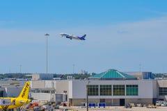 Spirit Airlines-het vliegtuigenbankwezen ging na het opstijgen van Orlando International Airport weg in Orlando International Air royalty-vrije stock foto