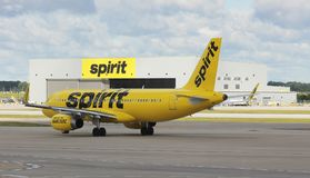 Spirit airlines plane in front of hangar Stock Photo