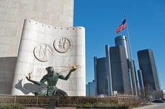 Spirito della statua di Detroit a Detroit del centro con le sedi del centro di rinascita o del mondo del GM fotografia stock