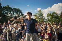 Spirito di dancing dell'esecutore della via di LUBLINO, POLONIA 29 luglio 2017 - la ruota al festival di Carnaval Sztukmistrzow d fotografia stock libera da diritti