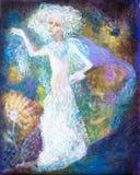 Spirito leggiadramente bianco della donna in vestito luminoso su variopinto astratto Immagini Stock