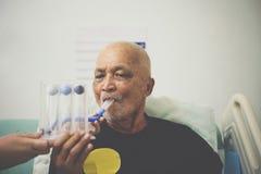 Spirometer paciente do incentivo do uso no hospital fotos de stock royalty free
