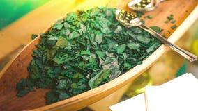 Spirulina海藻- spirulina是作为维生素蛋白质和β -胡萝卜素的食物补充来源使用的superfood 股票录像