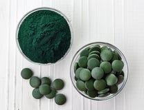 Spirulina海藻粉末和片剂 库存图片