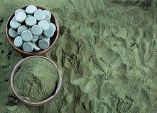 Spirulina alg pastylki i proszek Spirulina zdjęcia stock