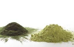 Spirulina et poudre crue d'herbe d'orge sur l'†blanc de fond «amassent Photos libres de droits