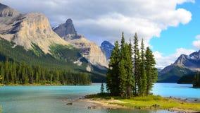 Spirytusowa wyspa, Maligne jezioro, Skaliste góry, Kanada obraz royalty free