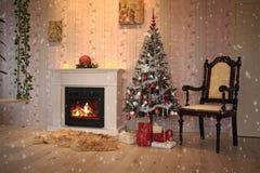Spis och julgran med gåvor i vardagsrum royaltyfri fotografi