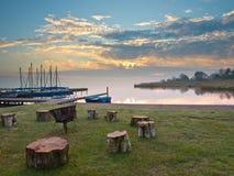 Spis på en lake royaltyfri foto