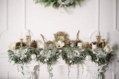 Spis som dekoreras med julpynt royaltyfria foton