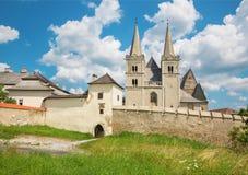 Spisska Kapitula - de gotische kathedraal van Heilige Martins en muur van fortness van het westen stock fotografie