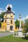 Spisska Kapitula - St John de Nepomuk-kolom anb klokketoren Stock Afbeeldingen