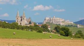 Spisska Kapitula - St Martins rockerar den gotiska domkyrkan och riuns av Spissky Royaltyfri Fotografi