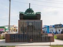 Spisuje Taman nieboszczyka przy stopą T-34, ustanawiającą na cześć Radzieckich żołnierzy które wziąć część Fotografia Royalty Free