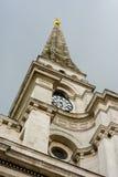 Spitalfields-Kirchturm und Uhr, London Großbritannien Lizenzfreies Stockfoto
