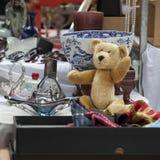 Spitalfields pajasmarknad Hundra år gammal ledsen nallebjörn på loppmarknaden Royaltyfri Fotografi