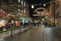 Spitalgasse-Straße mit Weihnachtsdekoration in Nürnberg, Deutschland lizenzfreies stockfoto