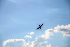 Spitfire на голубом облачном небе Стоковые Изображения RF