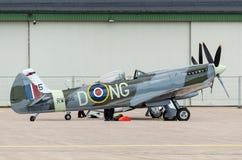 Spitfire di Supermarine disperse nell'aria vicino al capannone Fotografia Stock