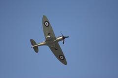 Spitfire en vuelo Imagenes de archivo
