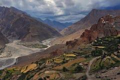 Spiti dolina, Buddyjski monaster Dunkar Gonpa: na skałach nad ogromną halną doliną tam są domy monaster, pod t Zdjęcia Stock
