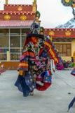 Spiti, Himachal Pradesh, la India - 24 de marzo de 2019: Lamas budistas tibetanos vestidos en el misterio m?stico de Tsam de la d fotografía de archivo