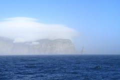 Spitsbergen: Della la isola dell'Orso coperta di nuvola Fotografia Stock Libera da Diritti