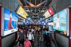 Spitsuur bij de openbare trein Siam Station van BTS in Bangkok royalty-vrije stock foto's