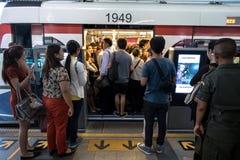 Spitsuur bij de openbare trein Siam Station van BTS in Bangkok Royalty-vrije Stock Fotografie