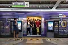 Spitsuur bij de openbare trein Siam Station van BTS in Bangkok royalty-vrije stock afbeelding