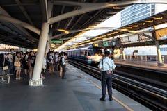 Spitsuur bij de openbare trein van BTS in Bangkok Stock Afbeelding
