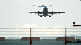 Spitsuur in de luchthaven van Dusseldorf stock videobeelden