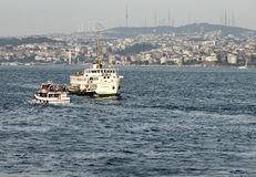 Spitsuur op Bosphorus Twee passagiersschepen kruisen de Straat dragende forenzen van beide kanten stock foto