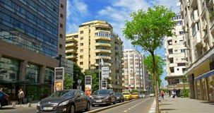 Spitsuur op Victory Avenue (Calea Victoriei) de stad in van de Stad van Boekarest stock video